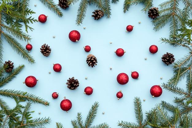 Weihnachts- oder winterzusammensetzungsspielwaren des neuen jahres, fichtenzweige, kiefernkegel, dekorative weihnachtsverzierungen. Premium Fotos