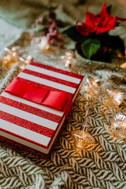 Weihnachts-themenorientierte geschenkbox mit weihnachtsstern Kostenlose Fotos