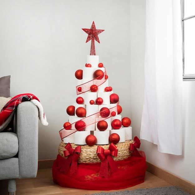 Weihnachts-toilettenpapierbaum drinnen Premium Fotos