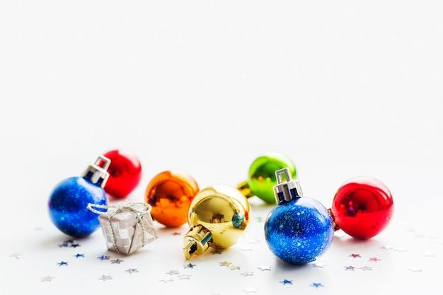 Weihnachts- und des neuen jahreshintergrund mit bunten dekorativen bällen für weihnachtsbaum. platz für text. Premium Fotos