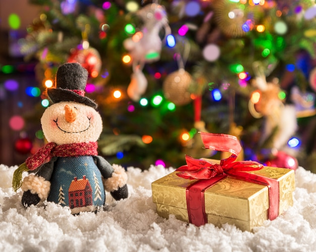 Weihnachts- und neujahrsdekorationen über fesrive neujahrsbaum. Premium Fotos
