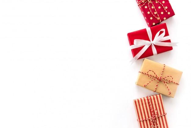 Weihnachts- und neujahrsfeiertaggeschenkkästen auf weißem hintergrund, kreatives ideengrenzdesign Premium Fotos