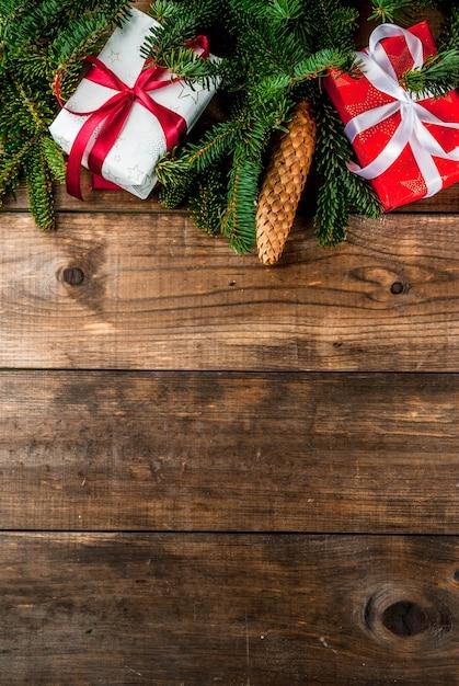 Weihnachts- und neujahrsgeschenkhintergrund mit tannenbaum Premium Fotos