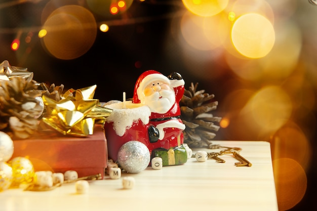 Weihnachtsausrüstungsdekorationen auf hölzernem hintergrund für feiertagskonzept. Premium Fotos