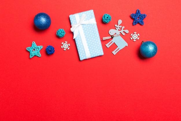 Weihnachtsball, geschenk und kreative dekorationen auf buntem hintergrund Premium Fotos