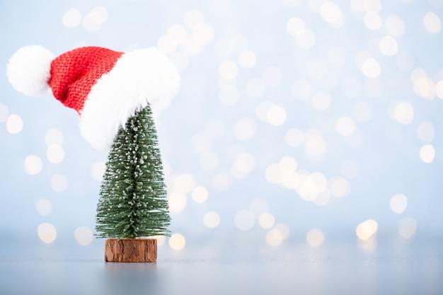 Weihnachtsball hintergrund. grußkartendekorationen auf einem blauen bokeh hintergrund. Premium Fotos