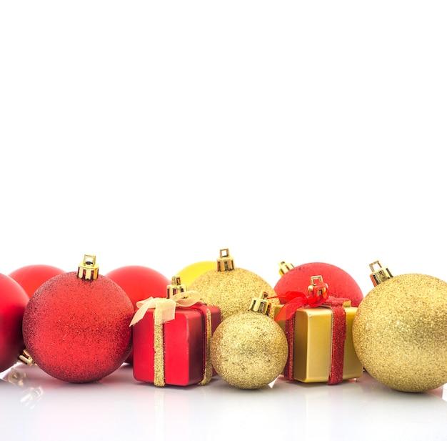Weihnachtsball- und weihnachtsgeschenkhintergrund Premium Fotos
