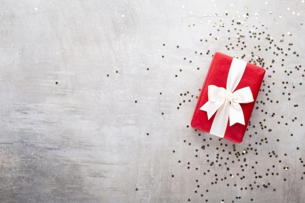 Weihnachtsbanner. hintergrund-weihnachtsdesign, mit realistischer geschenkbox und glitzerkonfetti. horizontales weihnachtsplakat, grußkarten. Premium Fotos