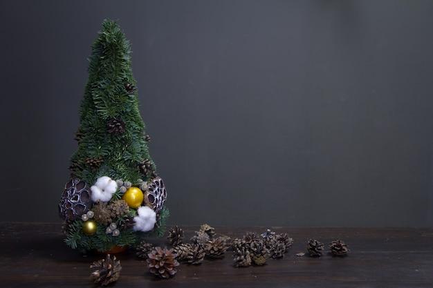 Weihnachtsbaum aus tannenzweigen und mit natürlichen materialien und vielen zapfen geschmückt Premium Fotos