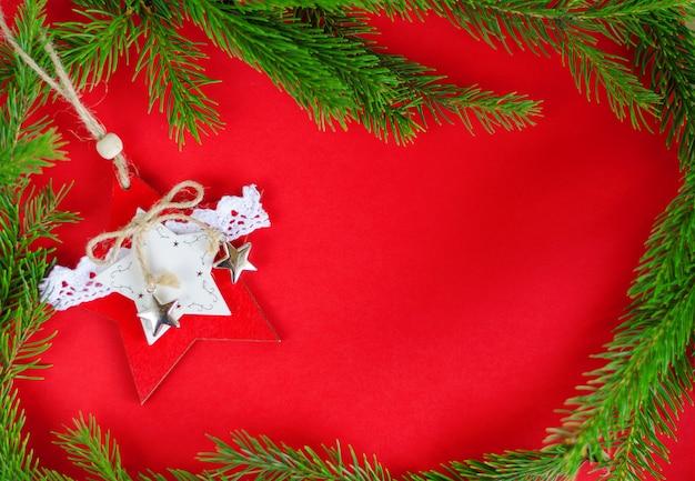 Weihnachtsbaum-dekorationsspielzeug auf rot. ansicht von oben. frame-komposition, exemplar. grußkarte . Premium Fotos