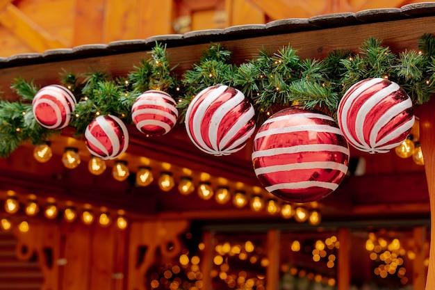 Weihnachtsbaum deocration, flitter auf markt in breslau, polen Premium Fotos