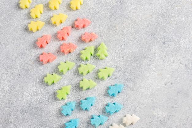 Weihnachtsbaum geformte bunte zucker. Kostenlose Fotos