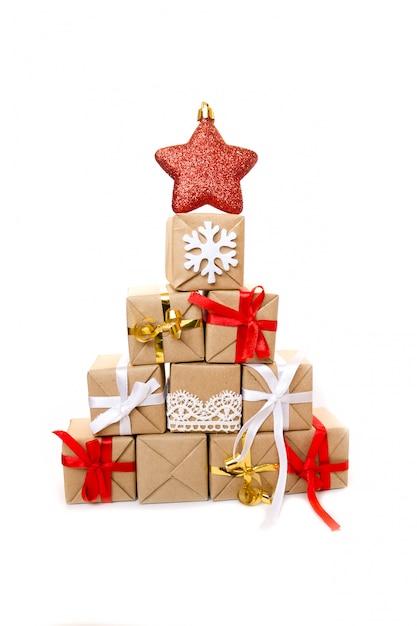 Weihnachtsbaum gemacht von den bunten geschenken und von den geschenken. Premium Fotos