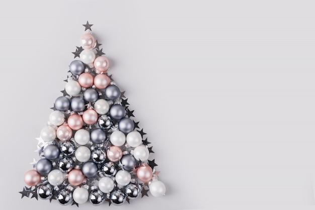 Weihnachtsbaum gemacht von den sternen, silberne bälle auf grauem hintergrund. weihnachtszusammensetzung. flache lage, draufsicht, kopienraum. feiertagsgrußkarte. Premium Fotos