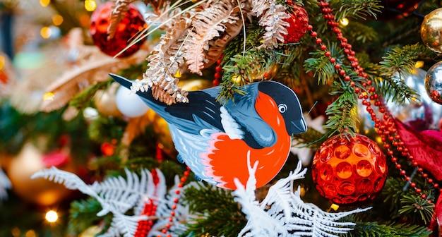Weihnachtsbaum hintergrund. dekorationen neujahrsfeiertagsballons, spielzeug schneeflocken lichter, bokeh banner dekoration freien raum Premium Fotos
