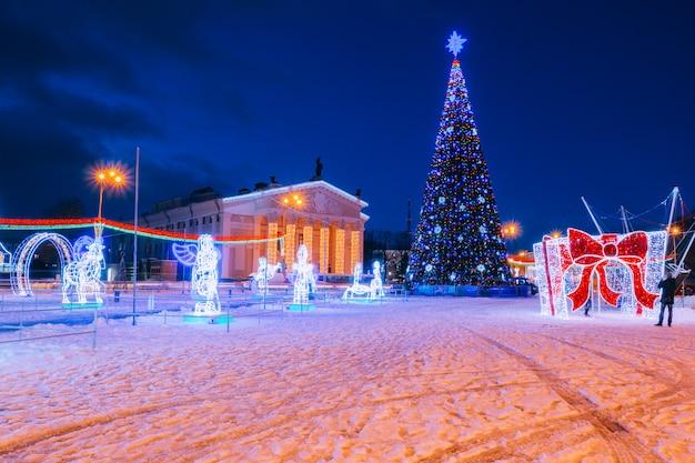 Weihnachtsbaum im stadtzentrum im hintergrund Premium Fotos