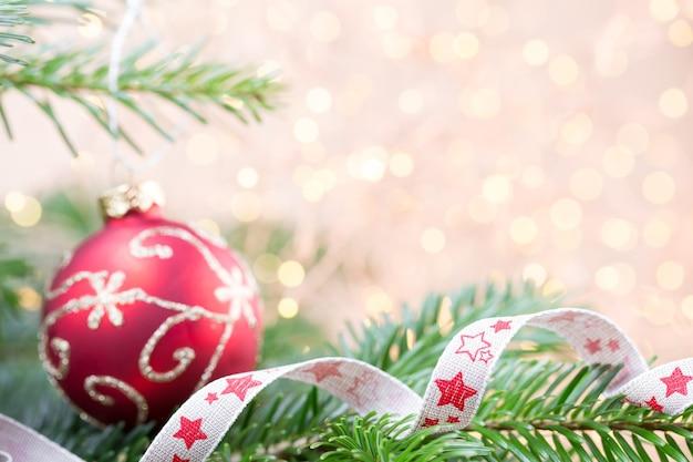 Weihnachtsbaum mit bokeh-lichtern Premium Fotos