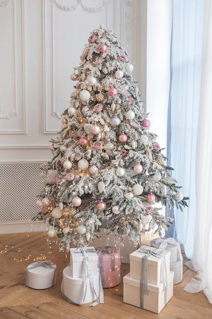 weihnachtsbaum mit geschenken. weihnachtshintergrund