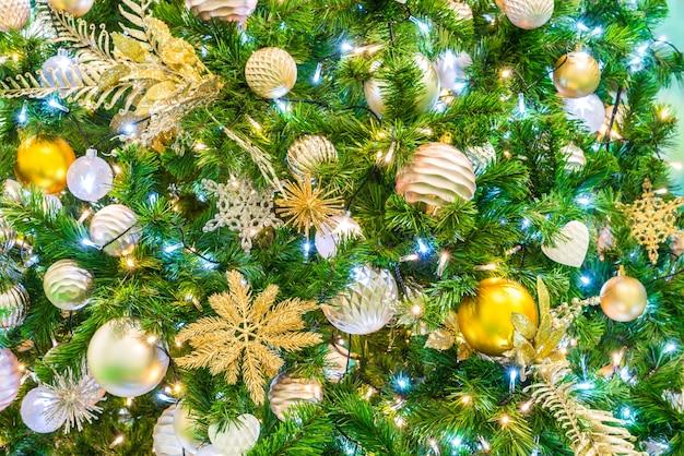 weihnachtsbaum mit ornamenten download der kostenlosen fotos. Black Bedroom Furniture Sets. Home Design Ideas