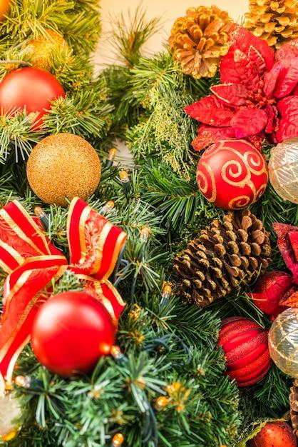 weihnachtsbaum mit tannenzapfen und farbigen kugeln. Black Bedroom Furniture Sets. Home Design Ideas