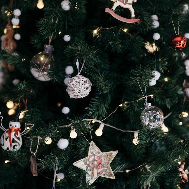 Weihnachtsbaum mit verzierungen schließen oben Kostenlose Fotos