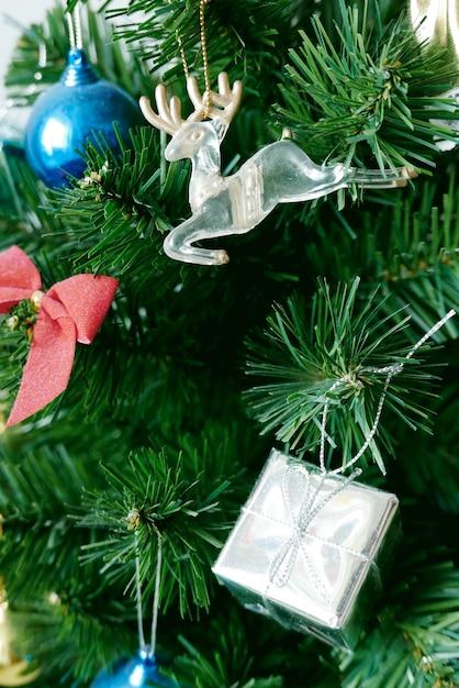 Weihnachtsbaum schmücken Premium Fotos
