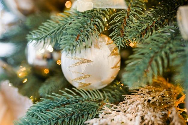 Weihnachtsbaum und dekorationen mit unscharfem, funkend und glühen. frohes neues thema Premium Fotos