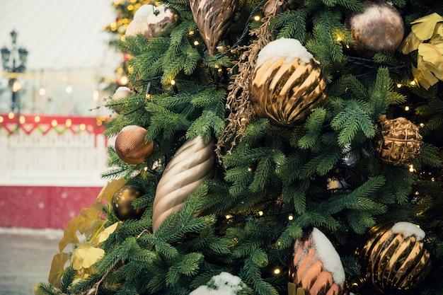 Weihnachtsbaum und karussell auf dem roten platz. weihnachtsfeier und fee. neujahr. dekorierte stadt. Premium Fotos