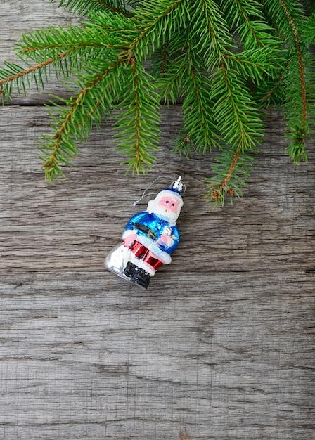 Weihnachtsbaum und santa claws spielzeug auf holz Premium Fotos