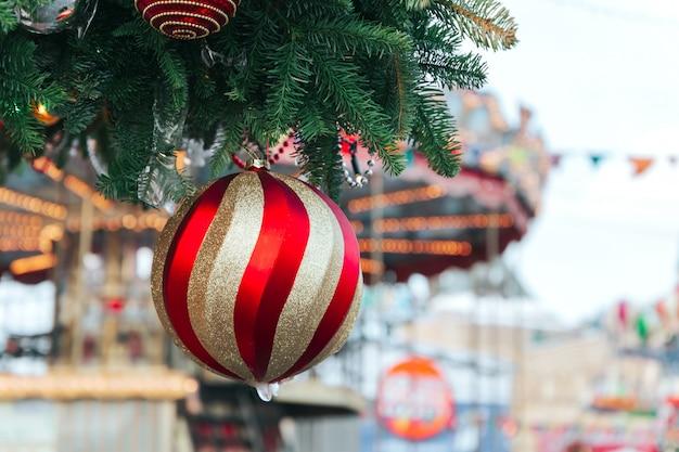 Weihnachtsbaum und weihnachtsdekorationen mit dem schnee, verwischt Premium Fotos