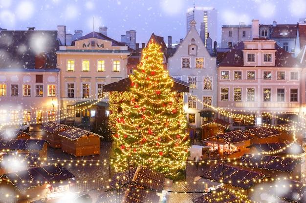 Weihnachtsbaum und weihnachtsmarkt am rathausplatz in tallinn, estland Premium Fotos