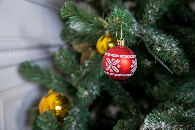 Weihnachtsbaumast mit rot und goldkugeln Premium Fotos