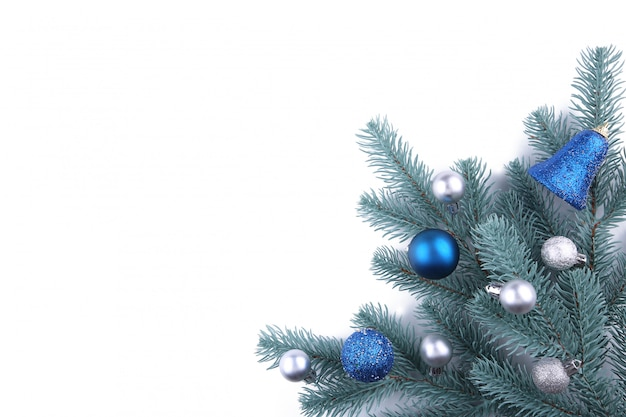 Weihnachtsbaumaste mit weihnachtsdekoration auf einem weißen hintergrund Premium Fotos