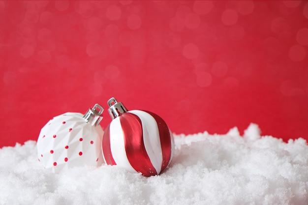 Weihnachtsbaumdekoration, weiße und rote kugeln, auf schnee. weihnachtskarte, verspotten Premium Fotos