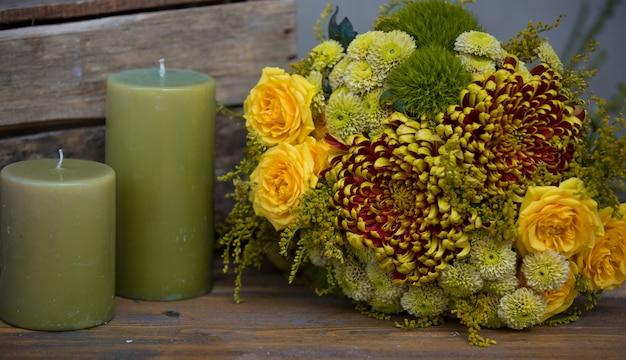 Weihnachtsblumenstrauß mit grünen kerzen Kostenlose Fotos