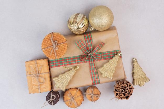 Weihnachtsbox mit keksen, waffeln und zimtstangen im seil Kostenlose Fotos