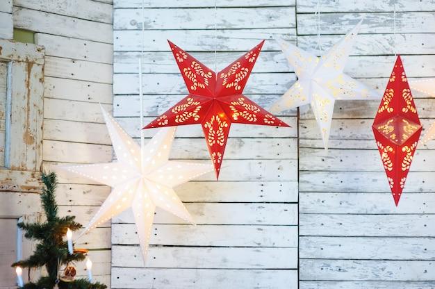 Weihnachtsdeko im studio. star toys und dekorationen Premium Fotos