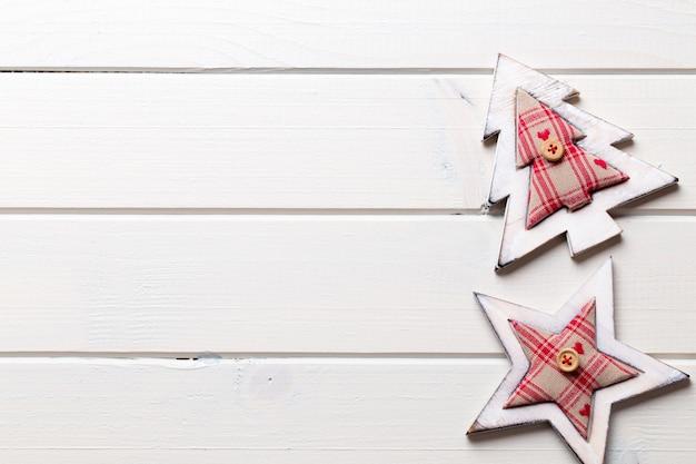 Weihnachtsdekoration auf dem hölzernen weißen hintergrund Premium Fotos