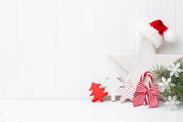Weihnachtsdekoration auf einem weißen hölzernen hintergrund Premium Fotos