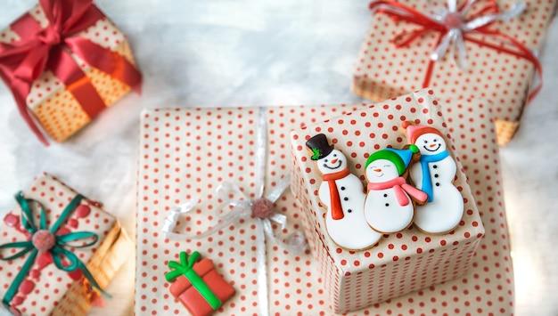 Weihnachtsdekoration mit festlichen keksen und weihnachtsgeschenken Kostenlose Fotos