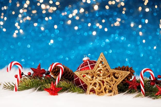 Weihnachtsdekoration mit funkelnder blauer wand Premium Fotos