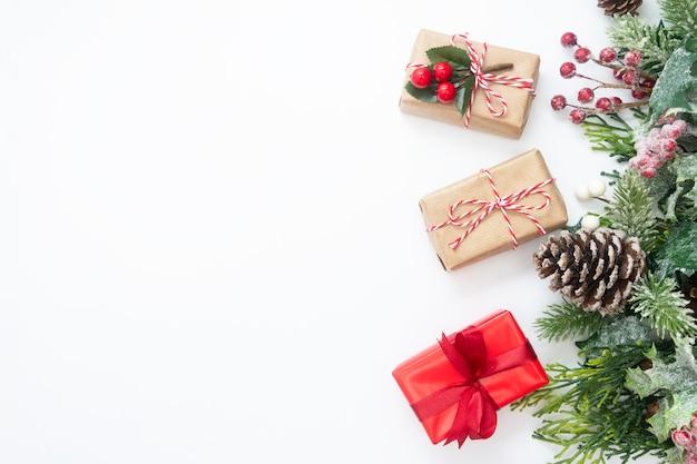 Weihnachtsdekoration mit geschenkboxen, tannenzweigen, tannenzapfen. Premium Fotos