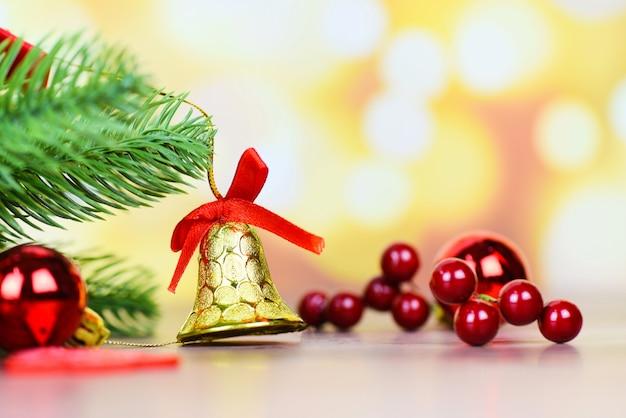 Weihnachtsdekoration mit glocke und beeren Premium Fotos