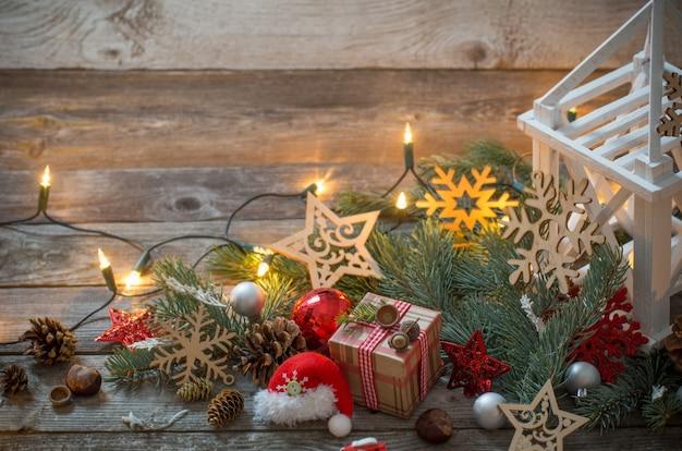 Weihnachtsdekoration mit weißer laterne auf hölzernem hintergrund Premium Fotos