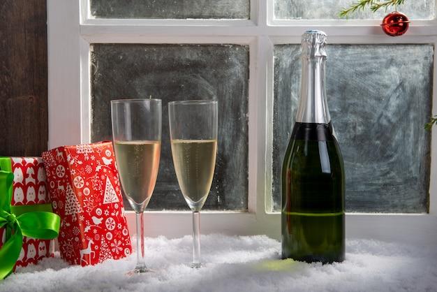 Weihnachtsdekoration mit zwei gläsern champagner Premium Fotos