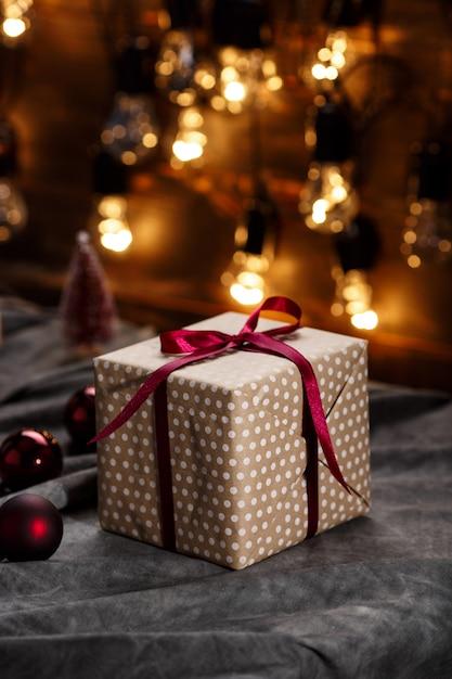 Weihnachtsdekoration und geschenkboxen über grauer oberfläche Kostenlose Fotos