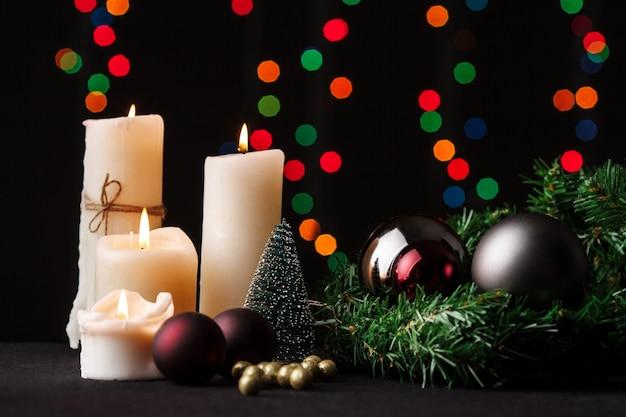 Weihnachtsdekoration. unscharfer lichthintergrund. Kostenlose Fotos