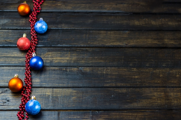 Weihnachtsdekorationen auf einem hölzernen hintergrund. weihnachten hintergrund neujahrsferien Premium Fotos