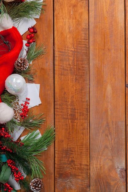 Weihnachtsdekorationen auf hölzernem hintergrund für grußkarte Kostenlose Fotos