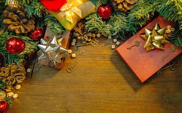 Weihnachtsdekorationen auf hölzerner tabelle für feiertagsinhalt. Premium Fotos